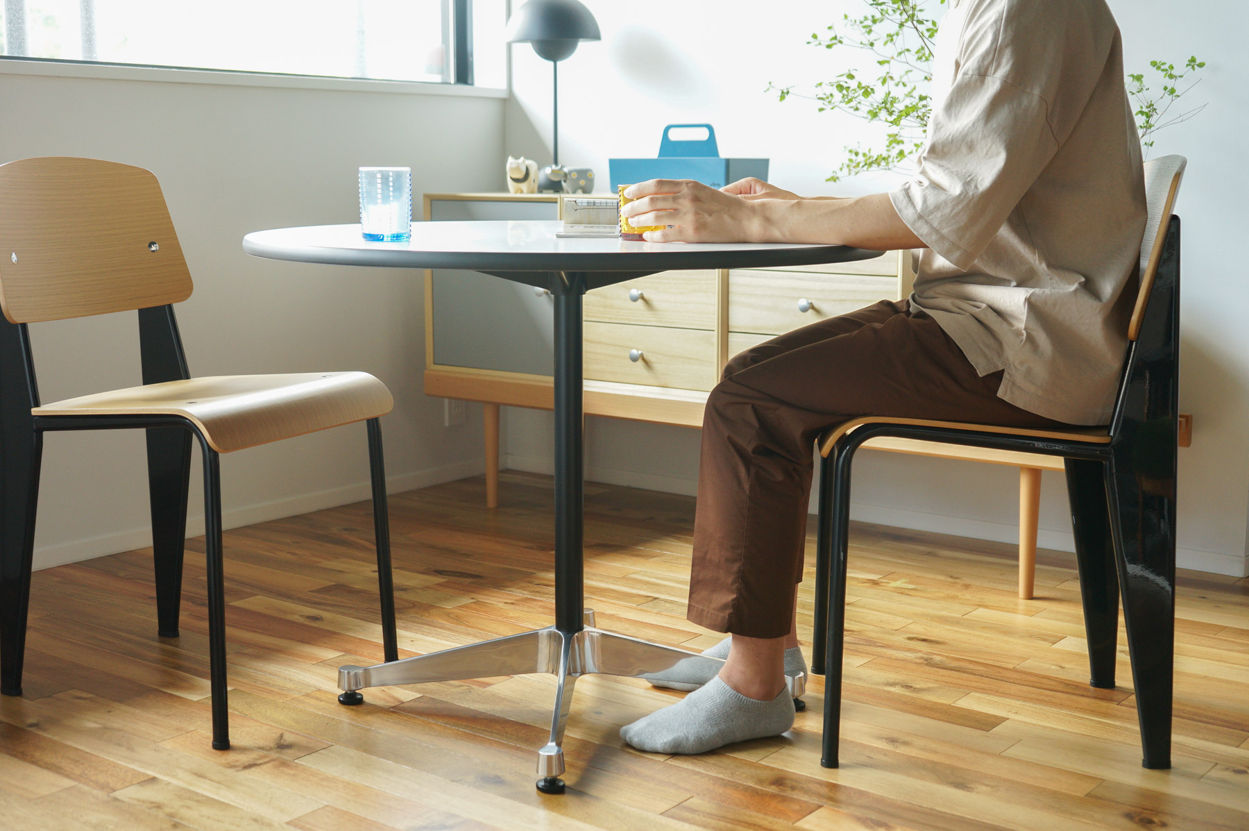 コントラクトベーステーブルとスタンダードチェア