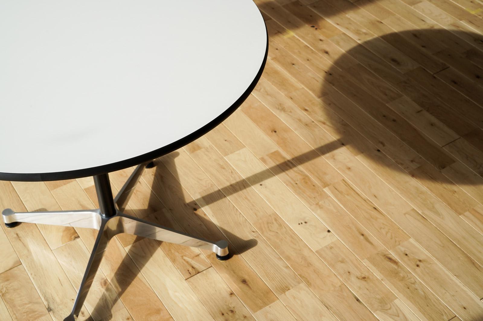 コントラクトベーステーブルのシルエット