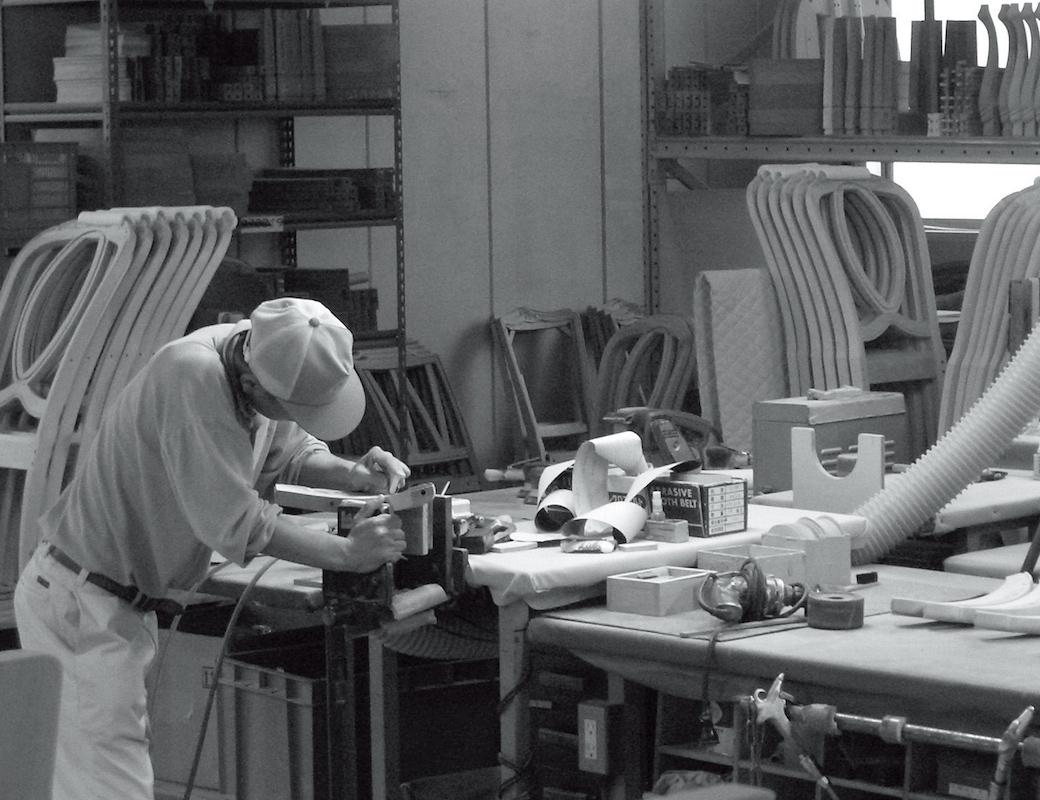 マルニ木工の職人による手作業の風景