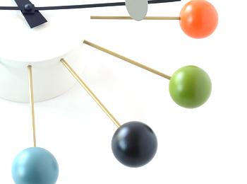 ヴィトラ(vitra)ネルソン ボールクロック マルチカラーのボールと真鍮製のスポークのコントラスト