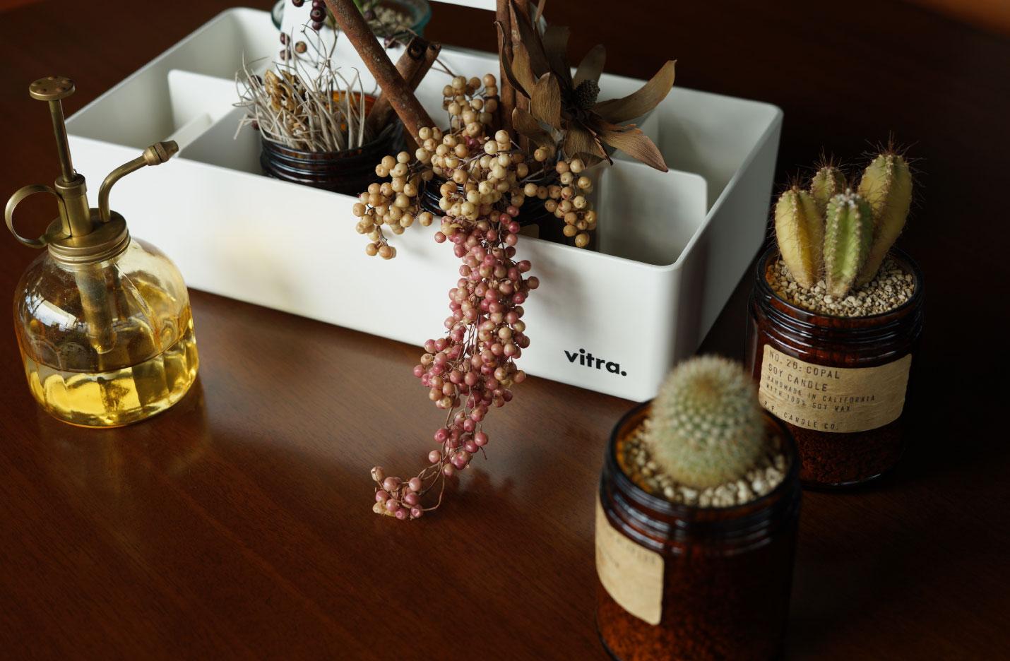 ヴィトラ(Vitra)ツールボックス(Toolbox)に多肉植物やドライフラワーを入れて